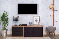 A nossa segunda opção de sala de estar ficou por conta do Rack para TV com Puffs Binário. Conseguem perceber já a diferença entre esses dois racks? Embora ele tenha uma estrutura amadeirada, como o Dueto, ele possui gavetas com acabamento em preto, o que o torna um pouco mais moderno e dá um visual mais carregado para o ambiente.