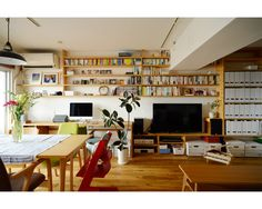 Living Room Without Tv, Small Living Rooms, Home And Living, Japanese Style Bedroom, Japanese House, Style At Home, Living Room Shelves, Home Libraries, Small Places