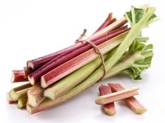 Rabarber is een echte zomergroente en bevat veel vezelfs en weinig calorien. Lekker om compote van te maken