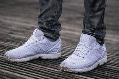 Adidas Flux Sneakers white footlocker edition, getreifte Bracken Man Jogginghose in blau weiß