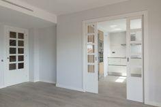 Una puerta corredera separa la #cocina del salón. Sin duda una gran elección a la hora de aprovechar el máximo espacio posible. #reformas #interiorismo #parquet