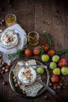 Crema di ricotta, miele, susine e nocciole