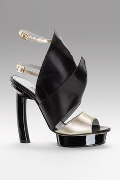 La mode selon Gio Diev allie élégance, audace et design. Voici un aperçu de sa collection de chaussures printemps-été 2012.