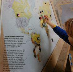 DIY Magneetbord gemaakt van wereldkaart.  (Uit: Wonen met kinderen, 2012)
