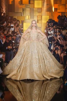 See all the Collection photos from Elie Saab Autumn/Winter 2015 Couture now on British Vogue Elie Saab Couture, Haute Couture Paris, Couture Week, Style Couture, Haute Couture Fashion, Vestidos Elie Saab, Robes Elie Saab, Elie Saab Fall, Collection Couture