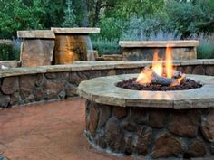 DIY fire pit designs ideas - Do you want to know how to build a DIY outdoor fire pit plans to warm your autumn and make s'mores? Find inspiring design ideas in this article. Garden Fire Pit, Diy Fire Pit, Fire Pit Backyard, Backyard Fireplace, Fire Pit Logs, Cool Fire Pits, Fire Fire, Rectangular Fire Pit, Square Fire Pit