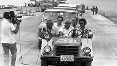 Na primeira travessia de carro na Ponte Rio Niterói, em janeiro de 1974, o jipe Candango leva Andreazza e seu staff. Foto: Arquivo/Ag. O Globo