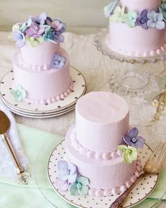 Mini wedding cakes are the most adorable dessertsin any bake shop. Thedesigner who can create such a beautiful cake design on such a small landscape gets major cool points from me! Even more impressive than the miniature designs are the things you can do with a set of mini cakes–like send guests home with bite […]