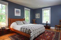 Blaue Wände machen das frische weiß gerahmte Fenster und obenliegende Display pop beim Festlegen eines weichen Hintergrunds. Foto von Frank Shirley Architekten