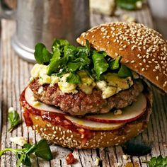 Wildzwijn burger recept - Jamie magazine Good Burger, Hamburgers, Jamie Oliver, Grilling, Bread, Ethnic Recipes, Food, Meat, Burgers
