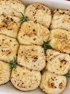 Kräuter-Kartoffel-Brötchen zum Grillen oder Brotzeit - Fashion Kitchen :   Kräuter-Kartoffel-Brötchen sind perfekt, wenn es schnell gehen muss. Zur spontanten Grillparty oder Brotzeit sind sie im Handumdrehen gemacht. #Kräuter-Kartoffel-Brötchen #Grillen #oder Savoury Baking, Grilling, Muffins, Bread, Snacks, Vegetables, Health, Hairstyle, Camping