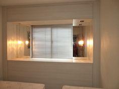 Suíte hóspedes: Para disfarçar uma janela e acolher duas camas de solteiro a cabeceira integrada com baú foi uma solução elegante e funcional.