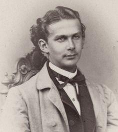Muy Joven y ya descuidado, Su vida fue un torbellino, Una mezcla de soledad, falta de amor maternal, una figura que lo amara como un padre o madre, alguien que lo guiara, una mezcla incorrecta de ingenuidad y poder, mezcla fatal para Ludwig II Rey de Baviera.