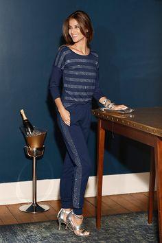 Für einen eleganten Abend empfehlen wir Ihnen das Shirt in Nachtblau mit Glitzersteinen in Kombination mit der passenden Hose aus dem KLINGEL-Shop. Ihrem glanzvollen Auftritt steht somit nichts mehr im Wege!
