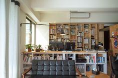 書牆不只可以放書, 還可以放模型跟畫, 牆上的燈可照書桌或沙發區看書用