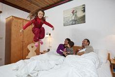 """Vier Wohnungen pro Bauernhaus – das macht 60 Appartements im Dorf Kleinwild. 14 davon vom Typ """"NockBerge"""" mit 35 m² für max. 4 Personen. 45 mal die """"NockFamilie"""" mit 55 m² für max. 6 Personen – und ein """"NockLuxus"""" mit 70 m² für max. 7 Personen – reichlich Platz also für Familien, die wild sind aufs Abenteuer und sich einfach daheim fühlen wollen.  Näheres unter http://www.kirchleitn.com"""