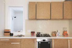 Portes de placard en agglo dans la cuisine. Plus de photos sur Côté Maison http://petitlien.fr/7iej