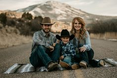western fashio western family photos family photos serape blanket engagements cowboy wife Source by theFRINGEDpineapple Look style Cowboy Family Pictures, Western Family Photos, Country Couple Pictures, Cute Family Photos, Country Couples, Family Picture Outfits, Western Baby Pictures, Western Engagement Photos, Country Family Photography