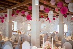 Hochzeitsdekoration auf Schloss Ehrenfels, Lampions, Papiersterne, Papierrosetten Beerentöne und Gold. Von Anmut und Sinn. Foto: Lena Heinemann