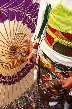 'Kimono And Kasa' by Chet King. My ex in Yokohama, Japan. Canon and Ektachrome. New Year circa Japanese Kimono, Japanese Art, Japanese Design, Japanese Style, Japanese Beauty, Japanese Fashion, Umbrellas Parasols, Paper Umbrellas, Paper Lanterns