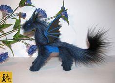 Drache posierbar Puppe dunkel blau schwarz Mitternacht Fantasie Tier Kunstfell handgemacht Plüsch Moosgummi Fledermaus Flügel Jerseydays