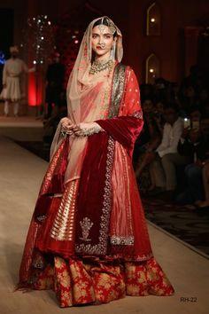 New indian bridal dupatta setting india Ideas Indian Bridal Outfits, Indian Bridal Wear, Pakistani Bridal, Pakistani Dresses, Indian Dresses, Bridal Dresses, Punjabi Wedding, Wedding Dress, Indian Fashion Trends