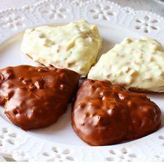 Fındıklı çikolatalı kalp kurabiş en lezzetli kurabiyelerden Malzemeler: 150 gr oda sıcaklığında tereyağ 1 küçük kahve fincanı sıvıyağ 6 yemek kaşığı pudra şekeri 1 yumurta 4 yemek kaşığı nişasta Aldığı kadar un Şekerli vanilin 1 paket 1 çay kaşığı kabartma tozu 1 çay kaşığı üzüm sirkesi Yapılışı: Oda sıcaklığında tereyağı ve pudara şekerini mikserle karıştırın. Sıvıyağı ilave edip karıştırmaya devam edin. Yumurtayı ilave edip karıştırmaya devam edin. Nişasta, un, k.tozu ve vanilini il...
