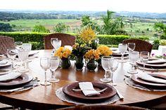 Decoração | Decor | Centro de mesa | Mesa dos convidados | Wedding | Casamento no campo | Casamento de dia | Flores amarelas | Outside Wedding | Inesquecível Casamento