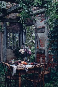Magical dinner scene in the garden, that we created for a client some weeks ago ✨ We hope you guys are having a lovely Sunday! Outdoor Dining, Outdoor Spaces, Mint And Berry, Berry Berry, Le Far West, Fresco, Beautiful Places, Table Settings, Home And Garden