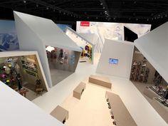 Einbauten, um eine große Halle zu stukturieren. Definitiv günstiger ohne Dach. --- atelier522 | Artikel | ISPO 2011