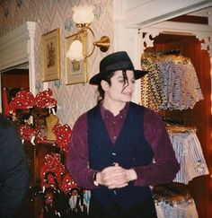 Mj what are you buying? Photos Of Michael Jackson, Michael Jackson Rare, Bob Geldof, Jackson Family, Davy Jones, King Of Music, Rare Photos, Mj, Lisa Marie