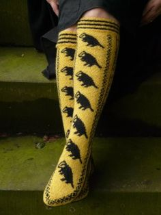 hogwarts Gryffindor hufflepuff slytherin ravenclaw socks knitting knit house pride because people were requesting them knitting pattern Harry Potter Knit, Theme Harry Potter, Harry Potter World, Knitting Projects, Knitting Patterns, Knitting Ideas, Crochet Projects, Medieval Pattern, Hufflepuff Pride