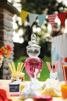 Comment bien organiser une Baby shower ? Voici un article complet pour vous donner des idées sur l'organisation d'une fête prénatale !