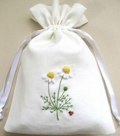 How to embroider a daisy with a cross, stitch? Hand Embroidery Videos, Embroidery On Clothes, Embroidery Bags, Creative Embroidery, Simple Embroidery, Hand Embroidery Stitches, Crewel Embroidery, Floral Embroidery Patterns, Hand Embroidery Flowers