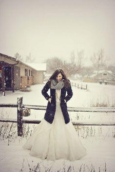 boda en la nieve con abrigo