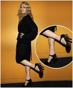 Madonna atira pelos pés. on http://furiarosa.com