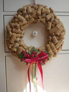 kiflike / Veniec na dvere korkový so šípkami Burlap Wreath, Ale, Christmas Wreaths, Holiday Decor, Home Decor, Decoration Home, Room Decor, Ale Beer, Burlap Garland