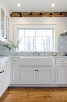Farmhouse sink kitchen - 39 Popular Farmhouse Sink Faucet Design Ideas Perfect For Your Kitchen – Farmhouse sink kitchen White Farmhouse Sink, Farmhouse Sink Kitchen, Modern Farmhouse Kitchens, Home Decor Kitchen, Kitchen Furniture, Cool Kitchens, Kitchen Ideas, White Farm Sink, Kitchen Modern