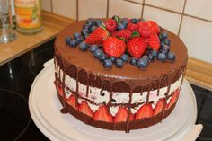 Schoko-Beeren-Torte Recipe for a summer cake with berries and chocolate – beautifully decorated and an absolute eyecatcher – also great in taste Baking Recipes, Cake Recipes, Foto Pastel, German Baking, German Desserts, Cake Decorating For Beginners, Naked Cakes, Berry Cake, Summer Cakes