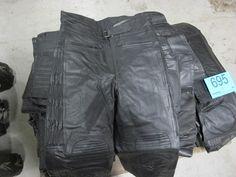 19 stk. bukser størrelse L. 17 stk. læderjakker med indsyet beskyttelse. Ubrugte.