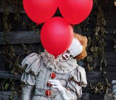 when the camara is filming edie pennywise wants tho look how he lookt ad him so he did this Arte Horror, Horror Art, Horror Movies, Bill Skarsgard Pennywise, Scary, Creepy, Le Clown, Pennywise The Dancing Clown, Monster