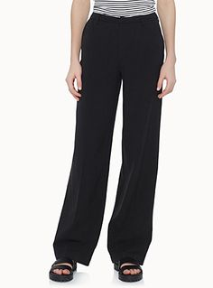 Only at Twik   A wardrobe essential: the chic and ultra practical black pant that goes just as well with a tee as with a blouse   Soft, fluid weave   Slant front pockets and trompe-l'oeil back pockets    The model is wearing size 34