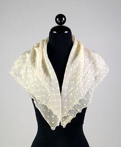 Фишю (фр. косынка, шейный платок) - тонкий треугольный платок из кружева или легких тканей (батиста, муслина), закрывающий декольте и шею. Вошел в моду в 17 веке. Сначала его носили бедные и пожилые женщины, которым богатые аристократки отдавали свои поношенные платья. Декольте у них были глубокие, и чтобы не выглядеть непристойно, новые хозяйки надевали сверху фишю.