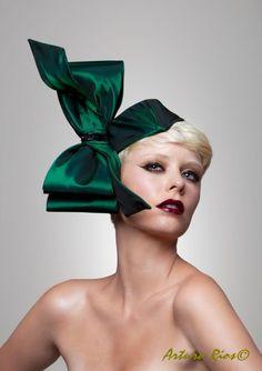 Couture superbe archet fait de vert émeraude taffeta avec une attache de fixation flexible et garniture perlée. attaché à une casemate ovale recouvert