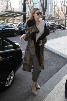 miss J : Photo - Daily Fashion Gigi Hadid Looks, Gigi Hadid Style, Fur Fashion, Daily Fashion, Womens Fashion, Gigi Hadid Outfits, Winter Outfits, Casual Outfits, Famous Models
