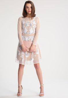 ¡Consigue este tipo de vestido de cóctel de Glamorous Petite ahora! Haz clic para ver los detalles. Envíos gratis a toda España. Glamorous Petite Vestido de cóctel nude/white: Glamorous Petite Vestido de cóctel nude/white Ofertas   | Material exterior: 100% nylon | Ofertas ¡Haz tu pedido   y disfruta de gastos de enví-o gratuitos! (vestido de cóctel, coctel, cocktailkleid, vestido de cóctel, robe cocktail, vestito da cocktail, cóctel)