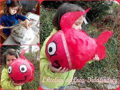 Alyssonne et moi nous vous présentons Avril notre jolie poisson , qui va faire partie de la nouvelle décoration de ma baie vitrée. c'est tout simplement une base de papier mâché sur ballon de baudruche recouvert de petits ronds en papier de soie rouge...