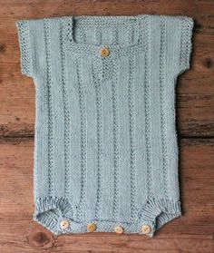 Strik en body til din baby - susanne-gustafsson. Knitting For Kids, Baby Knitting Patterns, Body Baby, Baby Boy Outfits, Kids Outfits, Baby Barn, Baby Sewing, Baby Dress, Crochet Baby