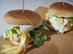 Fish burger fatto in casa Home Burger, Salmon Burgers, Bread, Chicken, Ethnic Recipes, Food, Home, Homemade Beef Burgers, Brot