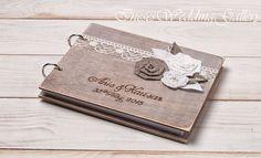 Diese Auflistung ist für eine Hochzeit Gästebuch, aus Holz, handgraviert. Das rustikale Gast Buch fügt eine perfekte Note zu jedem rustikal, Land oder Vintage Hochzeit .... Das Buch ist mit Flecken... Album, Cover, Diy, Wood, Personalized Wedding, Rustic, Dekoration, Bricolage, Do It Yourself